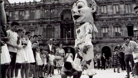 Imagen de las fiestas de María Pita de 1960. Entonces, como en 1885 y a lo largo del siglo XIX, no faltaba el desfile de gigantes y cabezudos