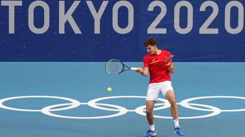 El tenista español Pablo Carreño sirve la bola ante el croata Marin Cilic durante el partido de segunda ronda de tenis perteneciente a los Juegos Olímpicos 2020