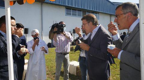 Alberto Núñez Feijoo, catando la mítica crema bombón de Clesa, esta mañana en Caldas