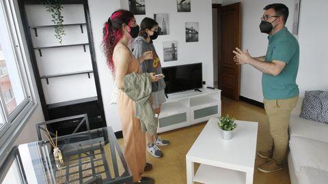 Arcadio Ares, de la inmobiliaria El Callao, mostrando un piso de Porta Nova a dos universitarias. Con dos habitaciones, se alquila por 380 euros al mes