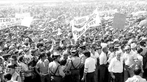 Miles de personas, llegadas de toda la provincia, se concentraron en O Arneiro co motivo de la visita de los reyes de España