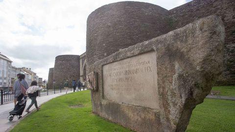 Un monolito colocado junto a la puerta de San Fernando recuerda la visita de los reyes de España en 1976