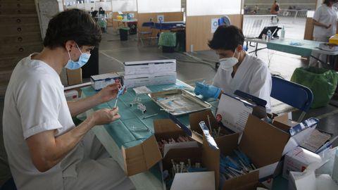 Enfermeros, este sábado en el recinto ferial de Pontevedra, preparando viales para vacunar