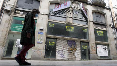 El primer centro comercial del barrio de A Magdalena evidencia el abandono de los 13 años que lleva cerrado