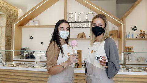 Alba y Laura están satisfechas por haber encontrado trabajo en la heladería