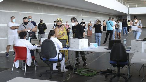 Personas ya vacunadas contra el covid recogen su certificado en el recinto ferial de Pontevedra