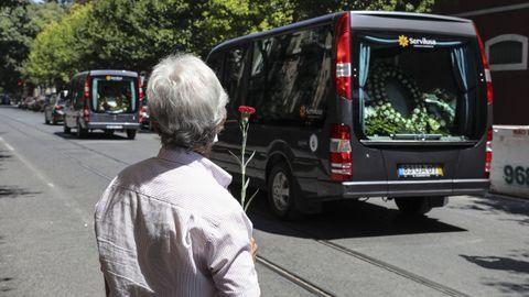 Un hombre observa el paso del cortejo fúnebre de Saraiva de Carvalho
