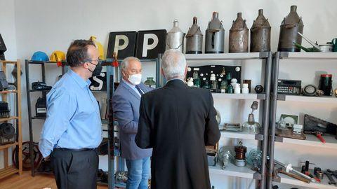 José Carlos Domínguez, José Tomé y Fermín Avellaneda en una de las nuevas salas expositivas de la sede de la asociación Amafer