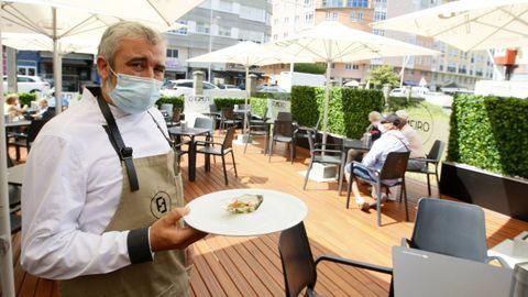 Michel Cociña, cocinero de Fumeiro, en la nueva terraza del restaurante viveirense en Covas