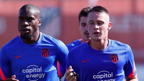 Geoffrey Kondogbia y Borja Garcés, en uno de los entrenamientos del Atlético de Madrid. LaLiga vuelve el 13 de agosto