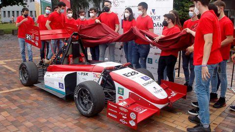 Estudiantes de la Universidad de Oviedo durante la presentación del monoplaza eléctrico de competición que han diseñado y construido para competir en Formula Student, la competición universitaria de monoplazas más consolidada en Europa
