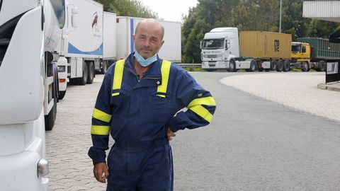 José Luis, junto a su camión cisterna, en el área de servicio de Ameixeira, en Ordes
