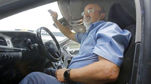 Antonio coloca el dispositivo de telepeaje en la luna de su coche