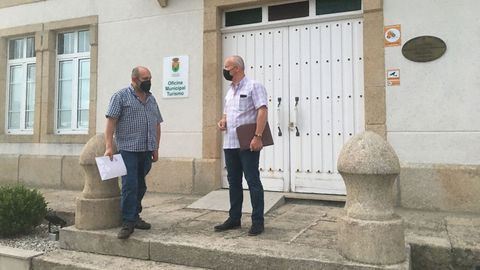 Eduardo Chao, portavoz del BNG, a la izquierda, y el alcalde y líder del PSdeG de O Valadouro, Edmundo Maseda, anunciando el acuerdo