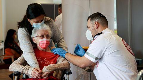 Una anciana, vacunándose en Netanya, Israel