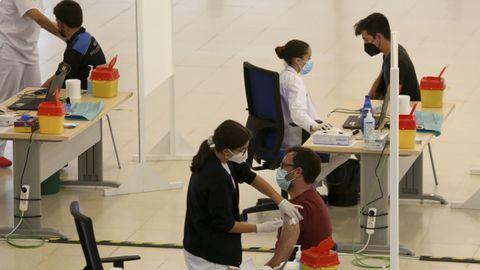Vacunación de jóvenes en el FIMO de Ferrol