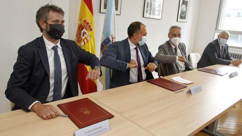 El conselleiro, en el medio de la imagen, entre el alcalde y el presidente del Puerto de Vilagarcía, acudió a la ciudad para firmar un protocolo sobre el nuevo centro de salud