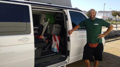 Hugo, un viajero de Burgos, junto con su furgoneta en el área de autocaravanas de Pontevedra