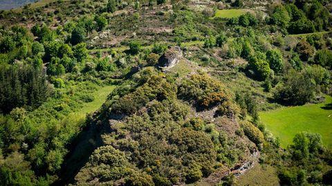 El monte Cido, con los restos del castillo medieval de Carbedo en su cima