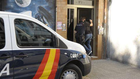 Imagen de archivo de una redada policial en pisos en los que se ejercía la prostitución