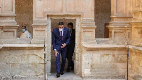 El presidente del Gobierno, Pedro Sánchez, en el convento de San Esteban, en Salamanca, junto al presidente de Castilla y León, Alfonso Fernádez Mañueco, este viernes, antes de la Conferencia de Presidentes.