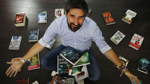 Manuel Loureiro, escritor pontevedrés, rodeado de algunos de sus éxitos