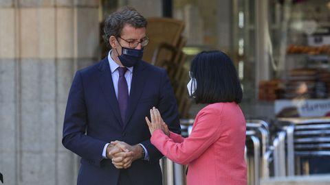 La ministra de Sanidad, Carolina Darias, conversa con el presidente de la Xunta