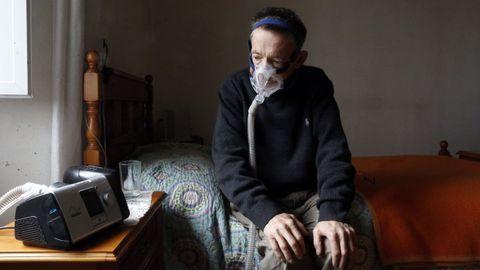 Paulino Blanco con su máquina de oxígeno, en su casa de Cospeito