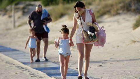 Irene Rosales y Kiko Rivera junto a sus hijas en las playas de Cádiz el pasado mes de mayo