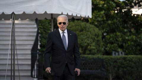 Biden se acerca a los periodistas en la Casa Blanca antes de partir para Camp David
