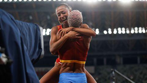 La venezolana Yulimar Rojas celebra lo logrado con Ana Peleteiro tras batir el récord del mundo