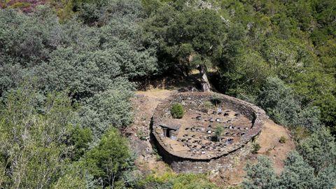 La alvariza de Barxas mantiene su espectacular perímetro y está protegida por un antiguo alcornoque