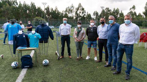 Miembros de la directiva y los alcaldes, en el campo de Corrás, donde se desarrollará la actividad