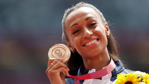 Ana Peleteiro posa con la medalla de bronce