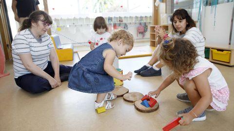 En las escuelas infantiles -en la imagen de archivo, el centro de A Galiña Azul en Boiro- los alumnos aprenden a compartir