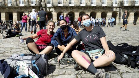 Un grupo de amigas procedentes de Barcelona llegaron ayer a la plaza del Obradoiro