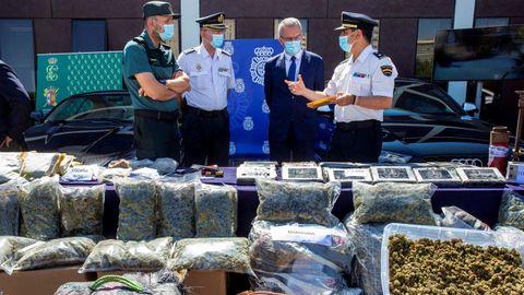 Policía y Guardia Civil trabajando en una operación conjunta para desarticular una organización de tráfico de drogas