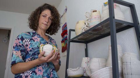Sonia está detrás de la marca Degerónimo. Y, entre sus proyectos a corto plazo está diseñar una nueva colección de bolsos y decoración. En sus planes está seguir trabajando en su línea comercial, con precios más asequibles, así como en otra de piezas más voluminosas y laboriosas, como sus lámparas, obras únicas y más exclusivas.