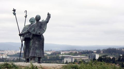 Statue of the two pilgrims in Monte do Gozo.