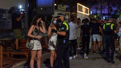 La policía local de Marbella desalojando este viernes la zona de ocio nocturno