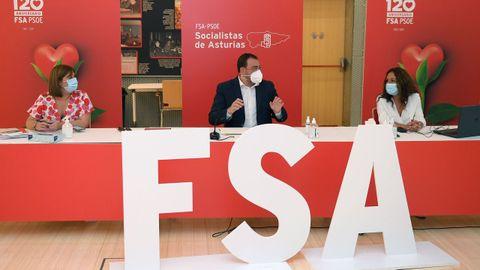 El presidente del Principado, Adrián Barbón, junto a la secretaria de comunicación de la FSA-PSOE, Pilar Huerta, y la secretaria de organización, Gimena Llamedo
