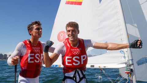Jordi Xammar (izquierda) y Nico Rodríguez celebran la medalla