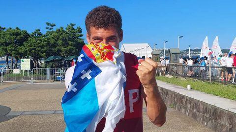 Nico Rodrúíguez, en la isla de Enoshima, celebra con la bandera gallega la medalla de bronce