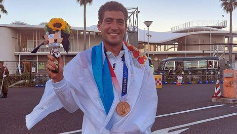 Nico Rodríguez posa con su medalla de bronce y la bandera gallega