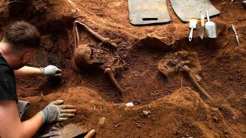 La ARMH ha retomado la exhumación de la fosa común en El Rellán, en Grado, y han hallado ya los restos óseos de al menos tres personas, además de varios artefactos balísticos