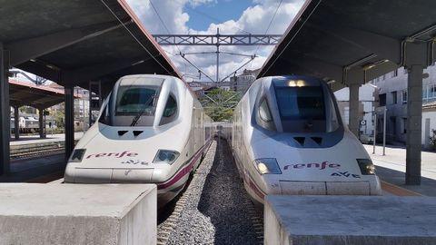 Los trenes AVE que realizan las pruebas a máxima velocidad, en la estación de Ourense