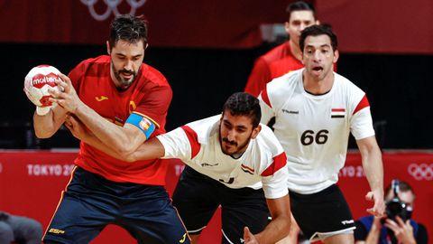 El español Raú Entrerríos (i) disputa el balón ante el egipcio Yahia Omar (c) durante el encuentro masculino de balonmano por la medalla de bronce entre España y Egipto en los Juegos Olímpicos 2020