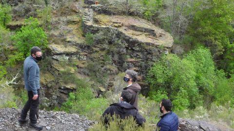 Participantes en un recorrido de presentación de las rutas pasan junto a una antigua alvariza