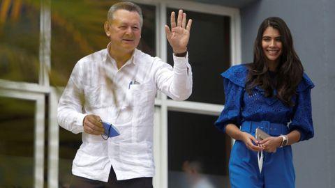 Oscar Sobalvarro, candidato presidencial por el partido de oposición Alianza Ciudadanos por la Libertad y su compañera de fórmula a la vicepresidencia, Berenice Quezada, abandonan el Consejo Supremo Electoral (CSE) tras inscribirse como candidatos para las elecciones generales del 7 de noviembre. en Managua.