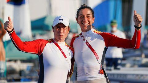 Tamara Echegoyen (izquierda) y Paula Barceló posan tras lograr la cuarta plaza en la clase 49erFX de vela
